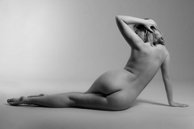 nahá žena, černobílé
