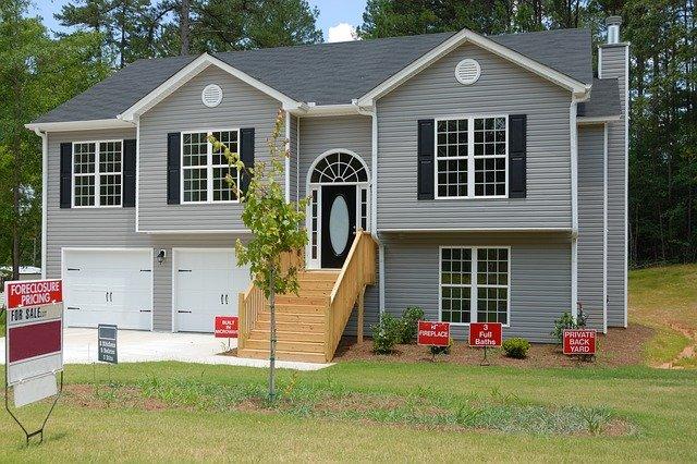 šedý dům, dřevěné schodiště, na prodej