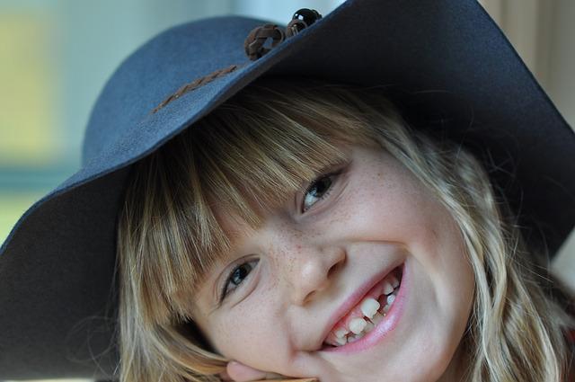 holka s kloboukem