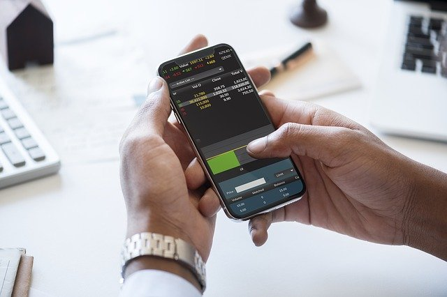 podnikatel s mobilem