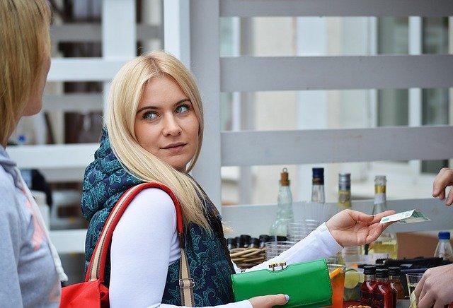 blondýna se zelenou peněženkou.jpg