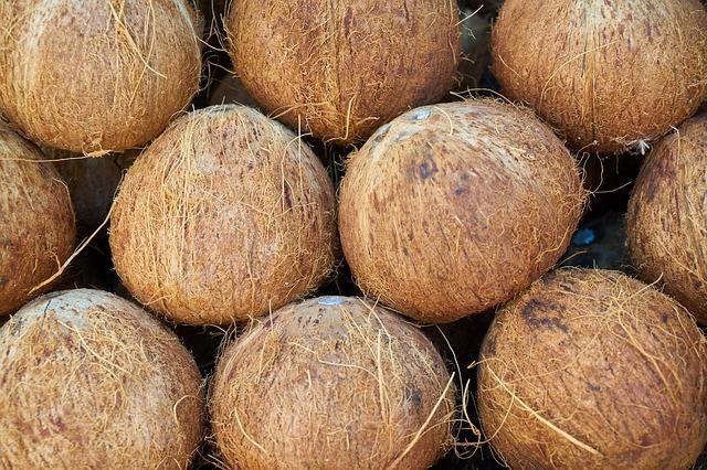 hodně kokosů na sobě