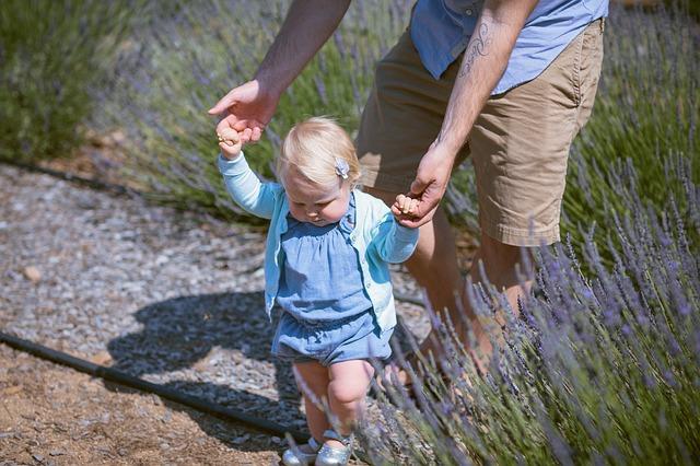 dítě při chůzi