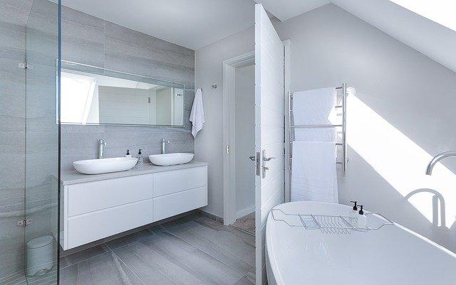pohled na elegantní koupelnu