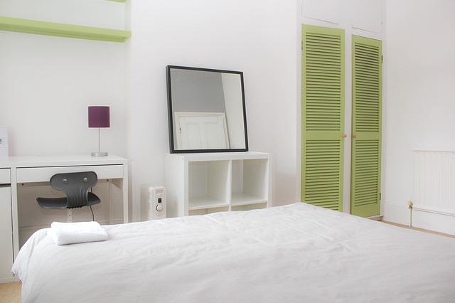 velká postel v pokoji