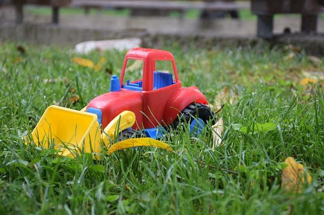 Hračky na trávě